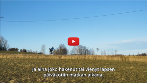 Linkki Virtaa fillariin -talvikokeilun 2020 minidokumenttiin, jossa kokeiluun osallistunut Heljä kertoo kokeilun kulusta. Kuvassa Heljä ajaa sähköpyörällä peltojen keskellä Espoon Laaksolahdessa.