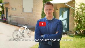 Linkki Virtaa fillariin -kokeilun 2018 minidokumenttiin, jossa kokeiluun osallistunut Mikki Kauste kertoo kokeilun kulusta. Kuvassa Mikki kertoo kokeilusta ulkona, kotitalonsa edessä.