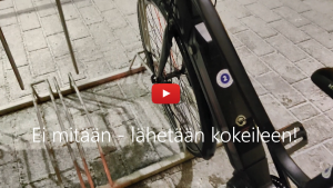 Linkki Virtaa fillariin -talvikokeilun 2020 somevideoon, jossa kokeiluun osallistunut Pipsa-Alisa kertoo fiiliksiä pyörästä heti sen saatuaan. Kuvassa sähköpyörä.