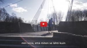 Linkki Virtaa fillariin -talvikokeilun 2020 minidokumenttiin, jossa kokeiluun osallistunut Pipsa-Alisa kertoo kokeilun kulusta. Kuvassa Heljä ajaa sähköpyörällä Vantaanjoen yli Tikkurilassa, Vantaalla.