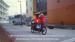 Linkki minidokumenttiin, jossa kerrotaan SATOn kanssa toteutetusta tavarapyörien yhteiskäyttökokeilusta kerrostaloissa talvella ja keväällä 2020. Kuvassa kokeilutalon asukas ajaa tavarapyörällä talon pihassa Malminkartanossa, Helsingissä.