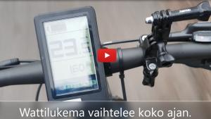 Linkki Virtaa fillariin -talvikokeilun 2020 somevideoon, jossa kokeiluun osallistunut Heljä esittelee pyörän wattimittarilla avustuksen toimintaa. Kuvassa sähköpyörän ohjauspaneeli.