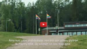 Linkki Virtaa fillariin -kokeilun 2018 minidokumenttiin, jossa kokeiluun osallistunut Susan kertoo kokeilun kulusta. Kuvassa Susan ajaa ulkoilureittiä sähköpyörällä.
